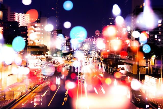 ネオンの降り注ぐ街(フォトモンタージュ)の写真