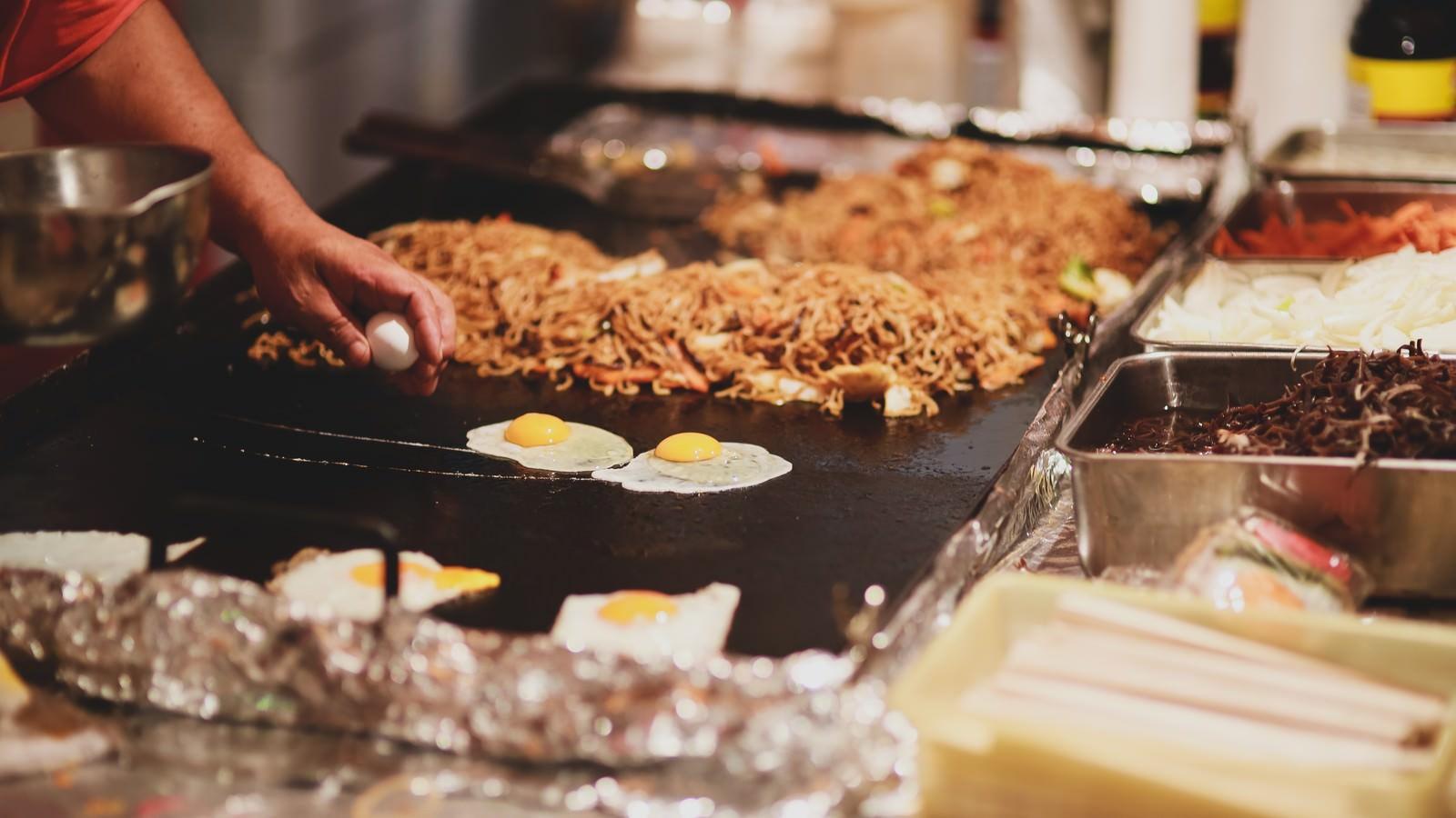 「焼きそばと見せかけて広島風お好み焼きを作る大将 | 写真の無料素材・フリー素材 - ぱくたそ」の写真