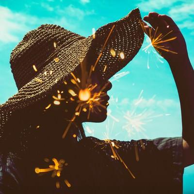 暑い日差しと線香花火のフォトモンタージュの写真