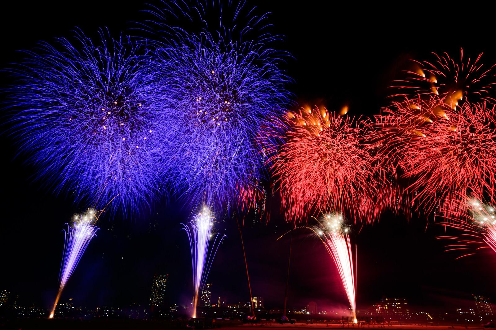 「青と赤に別れて打ち上げる花火」の写真