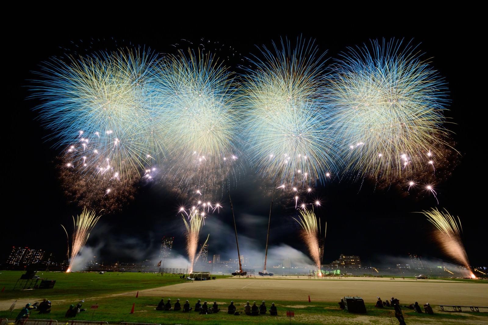 「江戸川区花火大会のスターマインを目の前で鑑賞」の写真