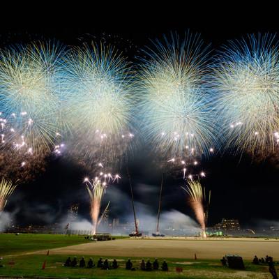 江戸川区花火大会のスターマインを目の前で鑑賞の写真
