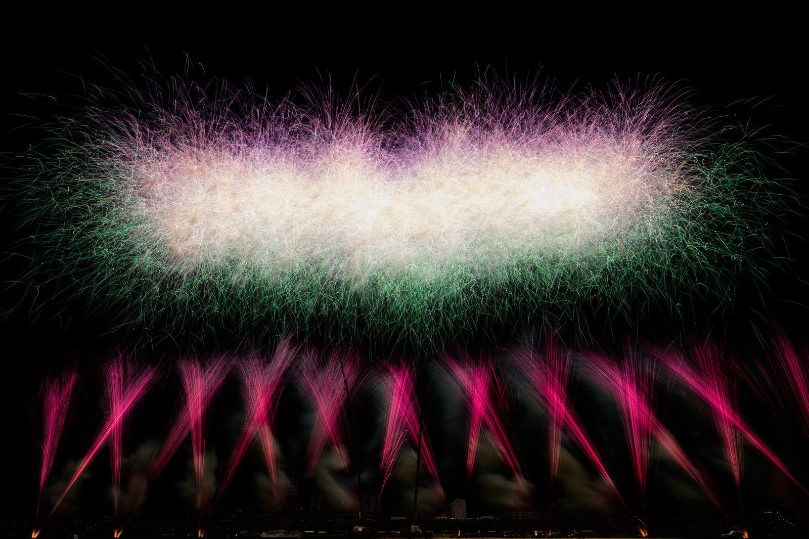 「目の前に広がるスターマイン花火」の写真