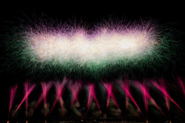 目の前に広がるスターマイン花火の写真