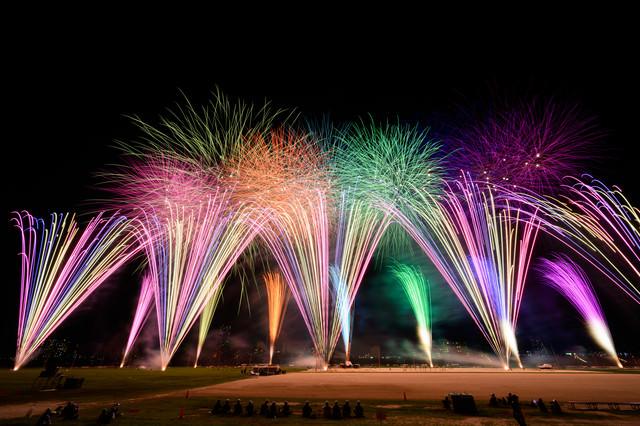 彩る打上花火の様子(江戸川区花火大会)の写真