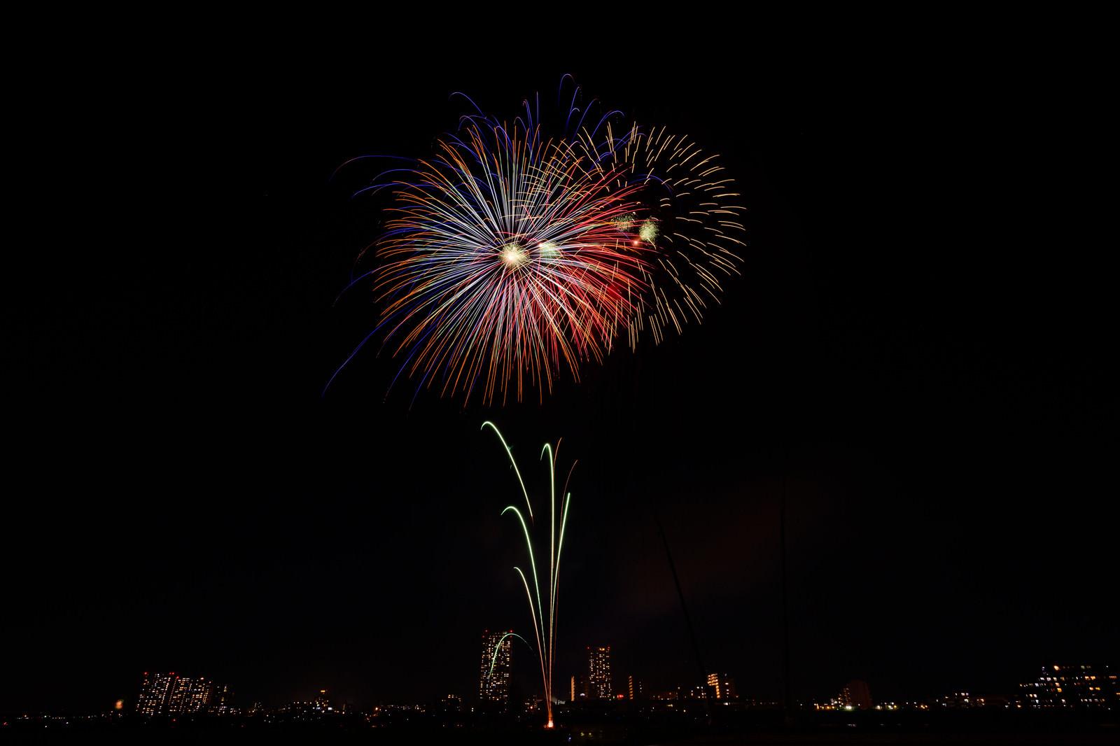 「ポン ポン ポン と打ち上がる花火」の写真