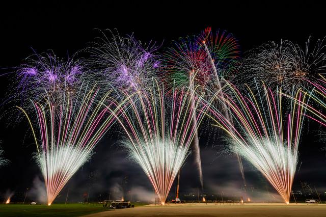 扇状に噴き上げる打上花火の写真