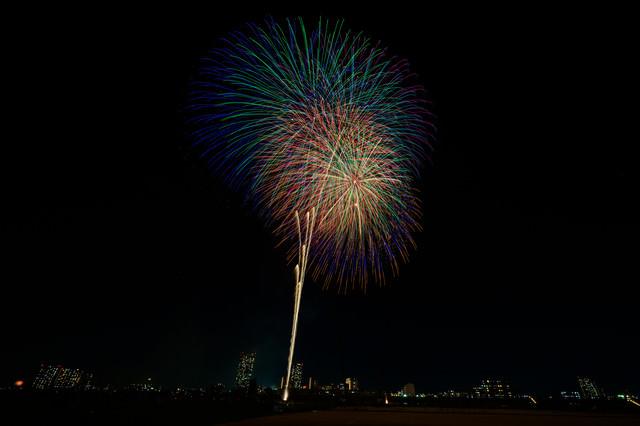 大きく夜空に打ち上がる花火の写真