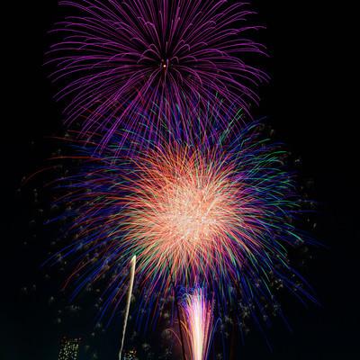 1発ずつ打ち上がる花火の写真