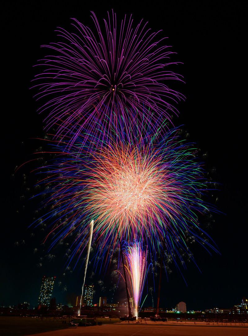 「1発ずつ打ち上がる花火」の写真