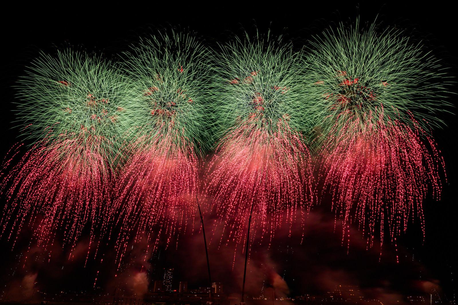 「画面に収まりきらない迫力のある打上花火(江戸川区花火大会を招待席で撮影)」の写真