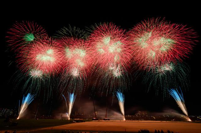鮮やかに咲くスターマイン花火の写真