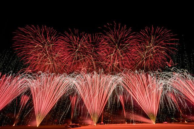 5秒間で1,000発を打ち上げる江戸川区花火大会の写真