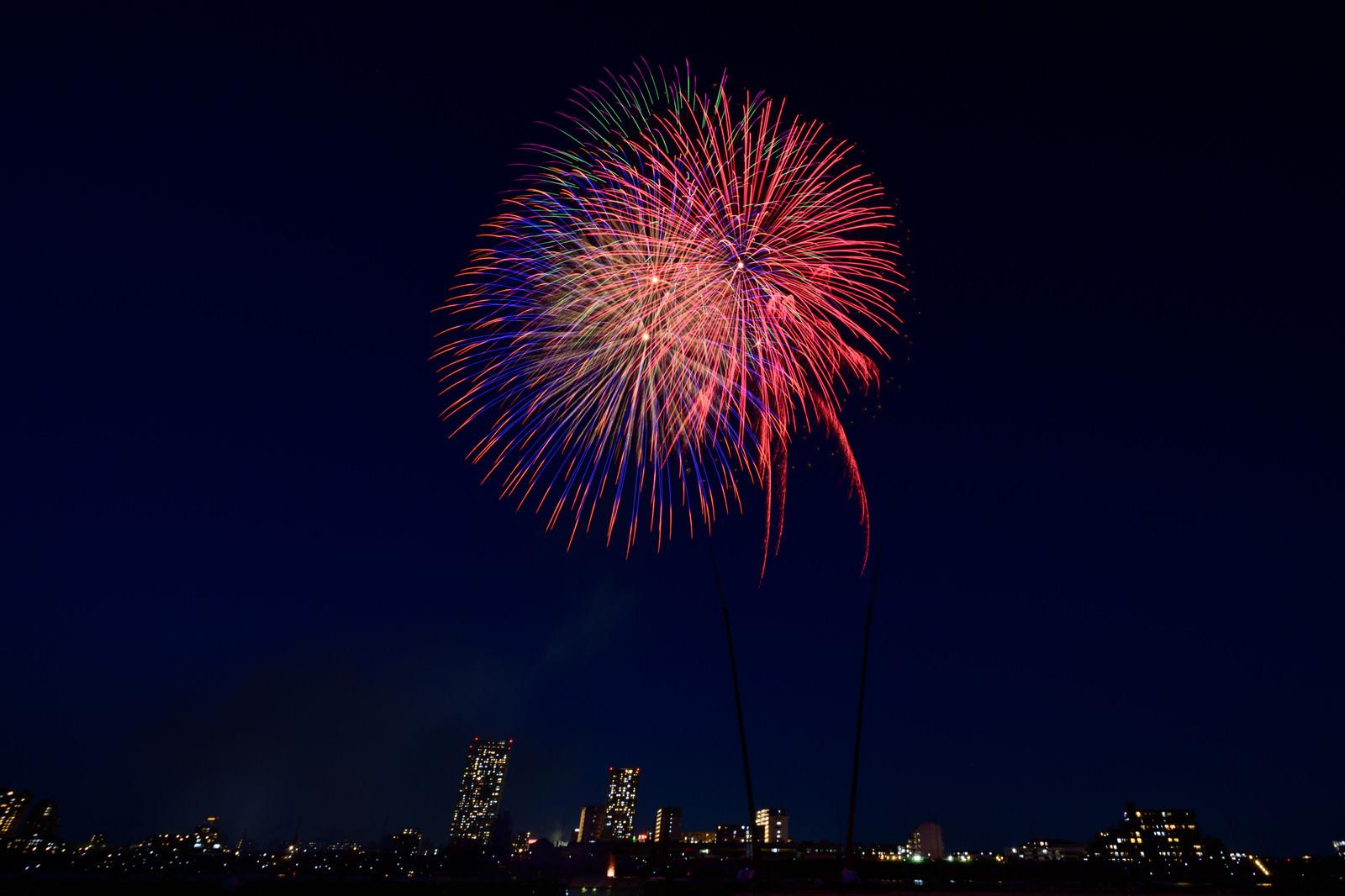 「都会の夜空に打ち上げる花火 | 写真の無料素材・フリー素材 - ぱくたそ」の写真