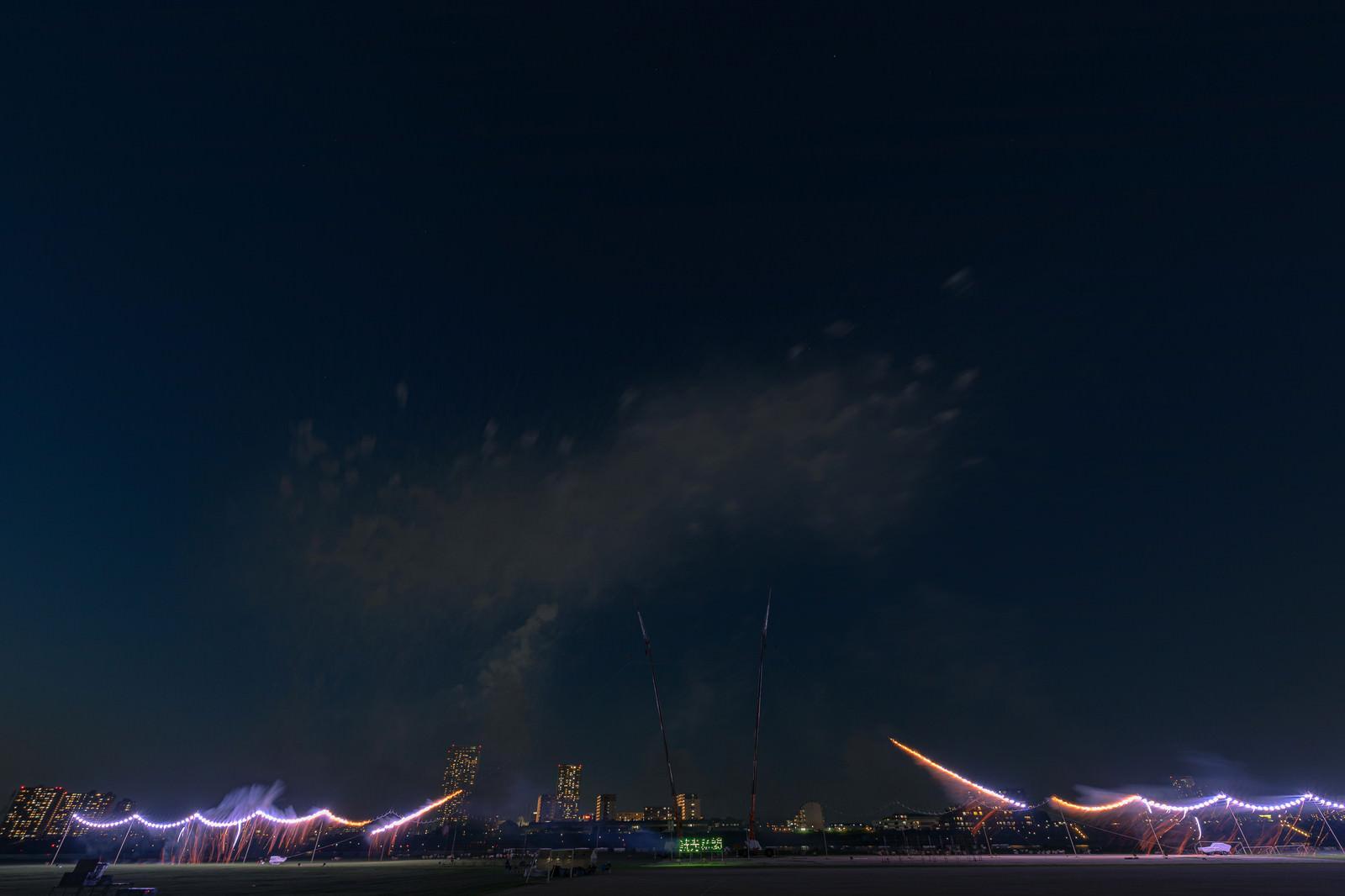 「江戸川区花火大会の仕掛け花火に点火」の写真