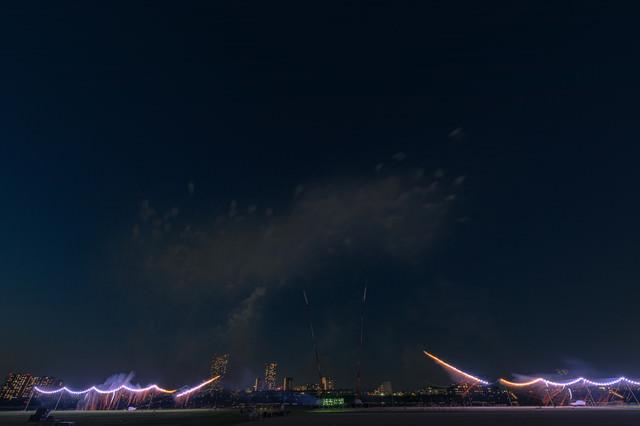 江戸川区花火大会の仕掛け花火に点火の写真