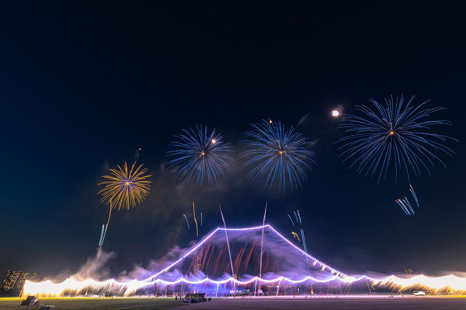 「全長280メートルを誇る江戸川区花火大会のし掛け花火(富士山)」の写真