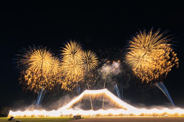 クレーンで高さ50メートルまで釣り上げた江戸川区花火大会の仕掛け花火の写真