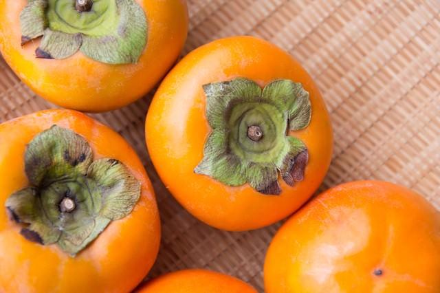 ざるに入った柿の写真