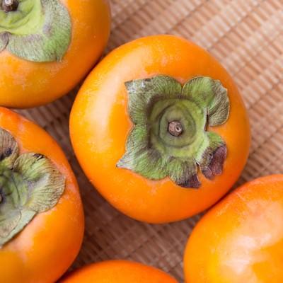 「ざるに入った柿」の写真素材