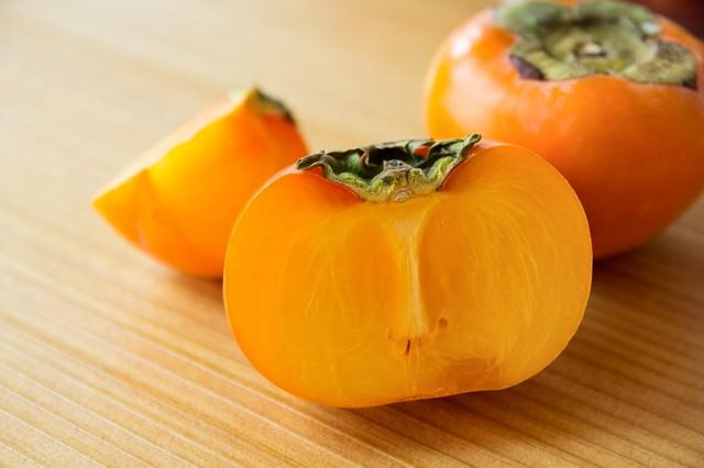 カットされた柿の写真