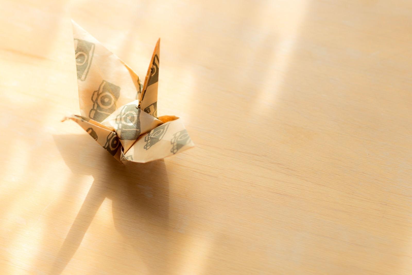 「折り鶴と射し込む日の光と影」の写真