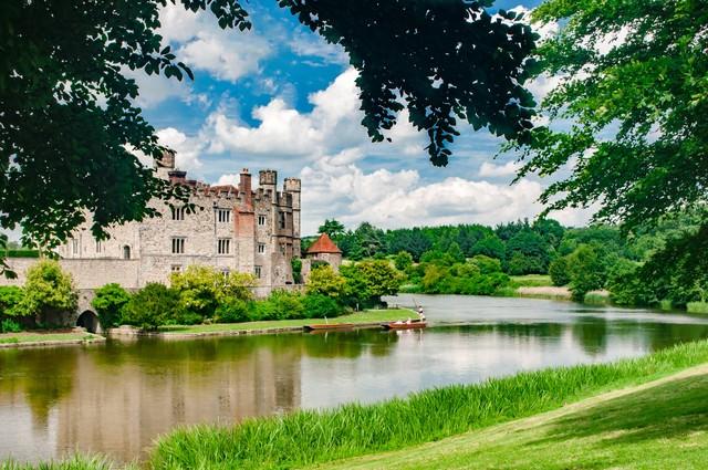 緑に囲まれるリーズ城の写真