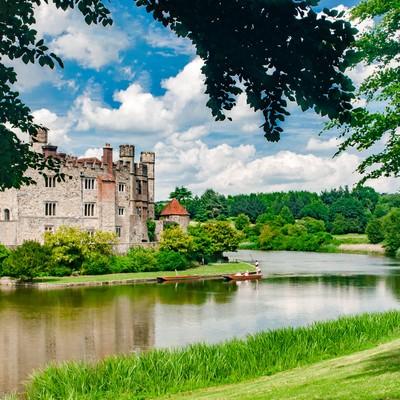 「緑に囲まれるリーズ城」の写真素材