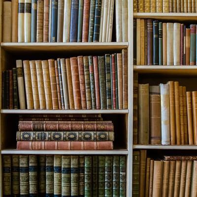 「古書が並ぶ本棚」の写真素材
