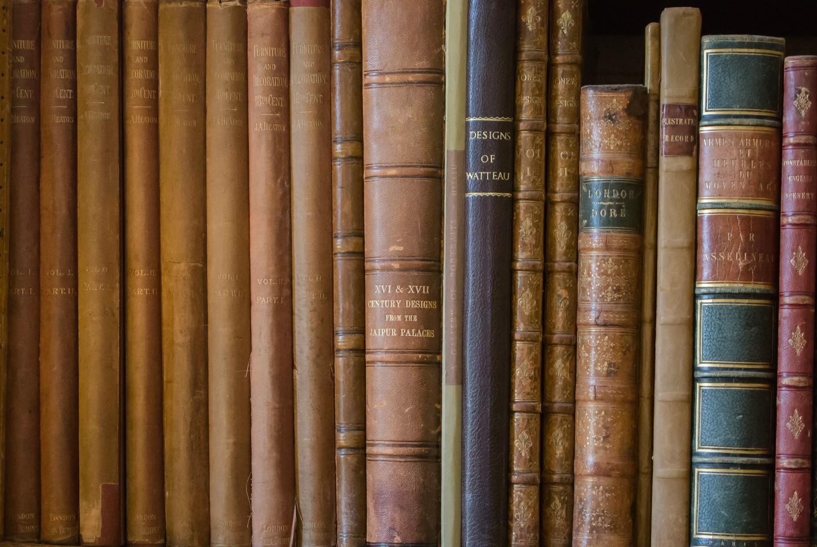 「本棚に並べられた古書」の写真