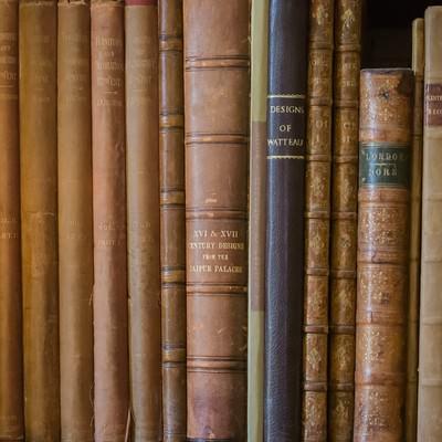 「本棚に並べられた古書」の写真素材