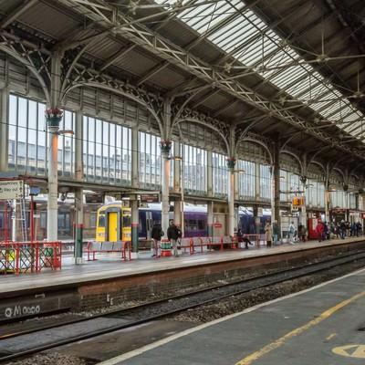 「イギリス・プレストン駅のプラットホーム」の写真素材