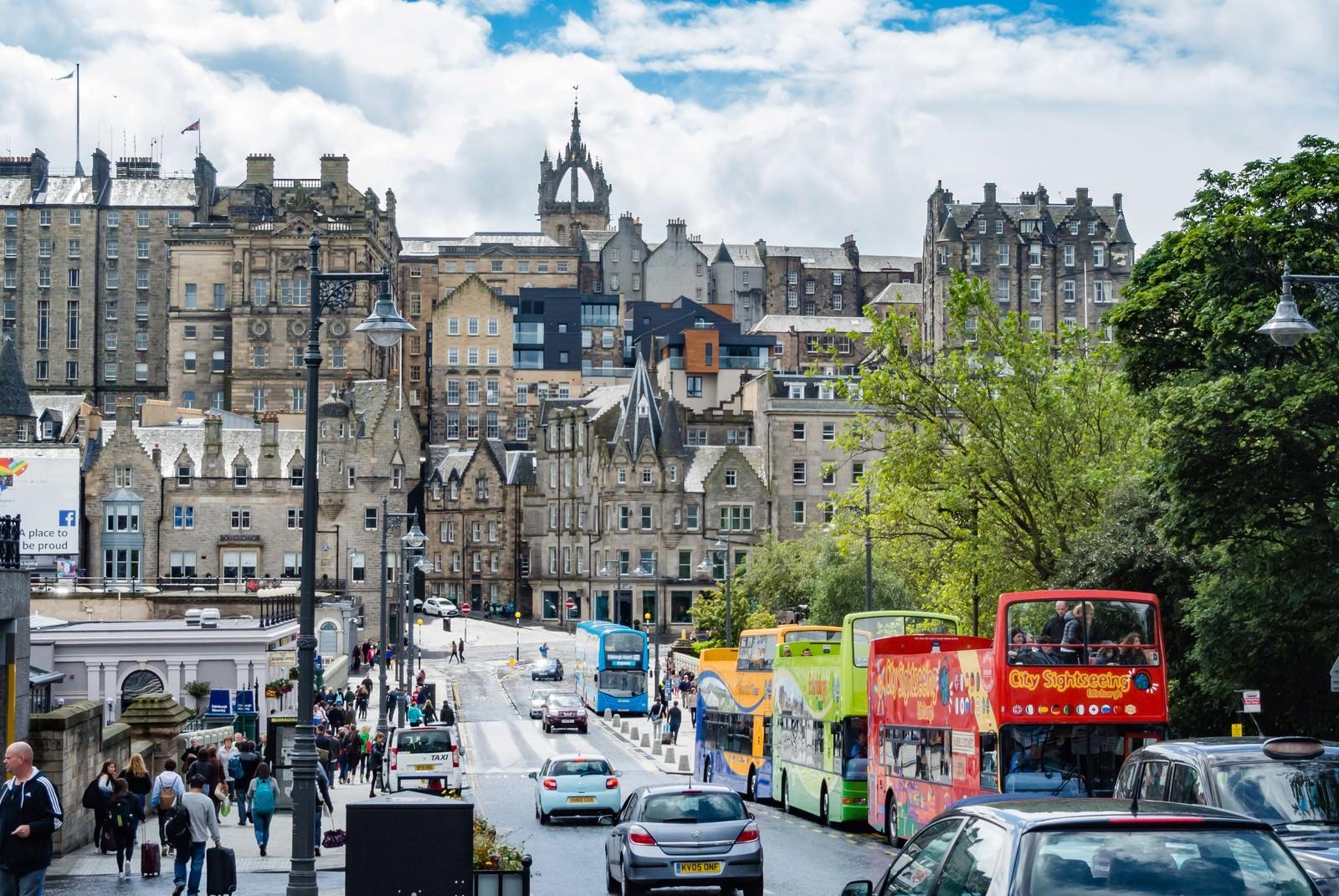 「観光バスとエディンバラの街並み」の写真