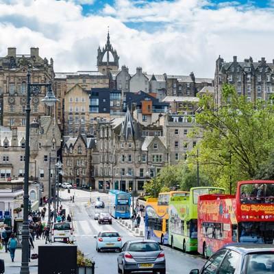 「観光バスとエディンバラの街並み」の写真素材