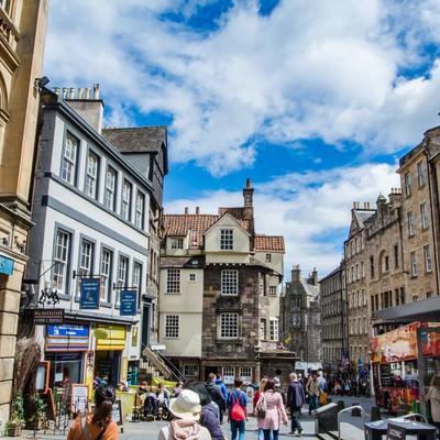 「人で賑わうエディンバラ(イギリス)の街並み」の写真素材