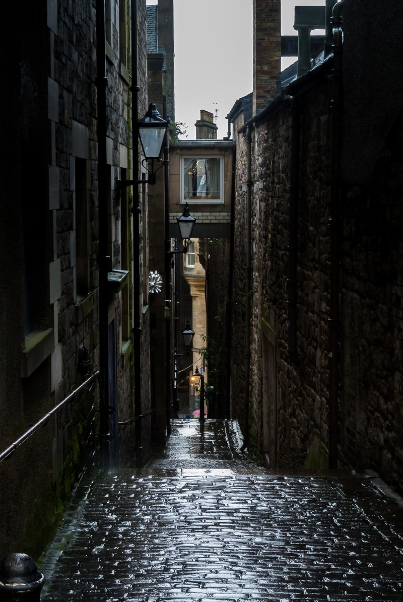 「雨で濡れた細い路地(エディンバラ)」の写真