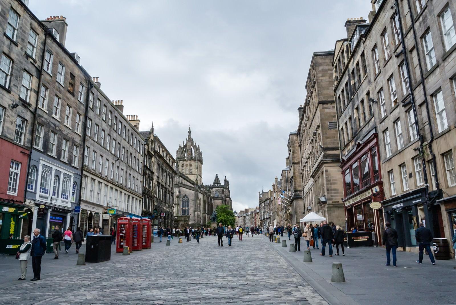「エディンバラ(英国)の街並み」の写真