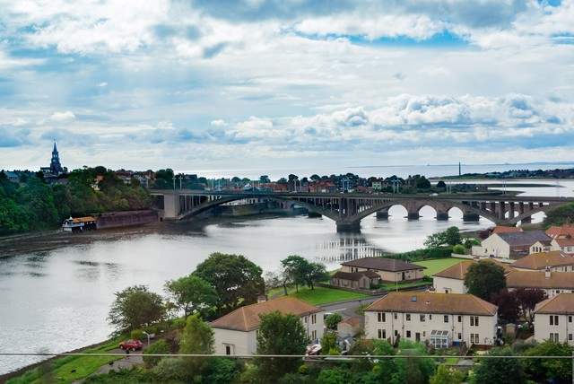 イギリス北部の街並みと河川の写真
