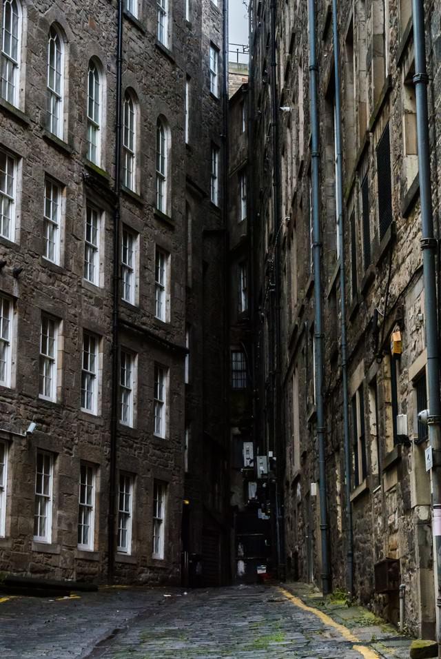 エディンバラの古い建物と路地の写真