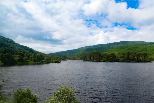 湖と緑の山の写真