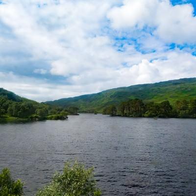 「湖と緑の山」の写真素材