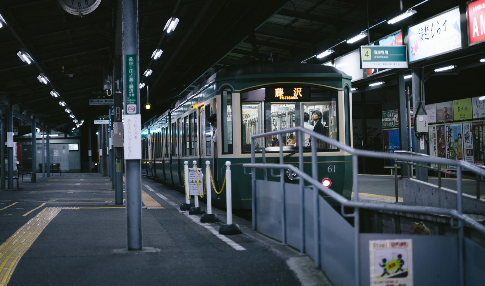 「「藤沢」行きの江ノ電(夜間)」の写真