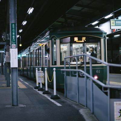 「藤沢」行きの江ノ電(夜間)の写真