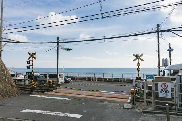 君が好きだと叫びたくなる鎌倉高校前駅の踏切の写真