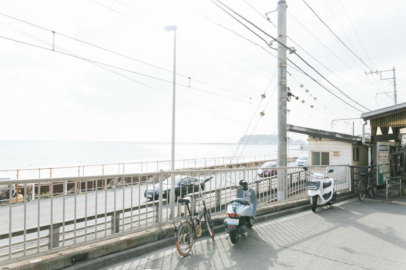 「鎌倉高校前駅(江ノ電)前に広がる江ノ島の海」の写真