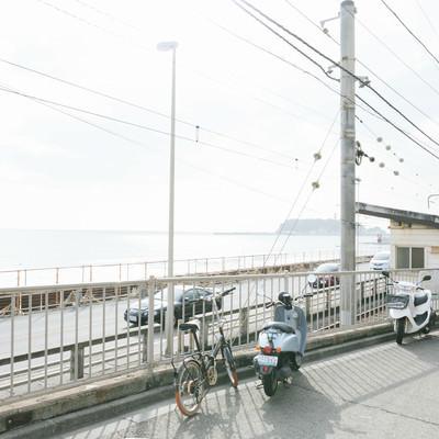 鎌倉高校前駅(江ノ電)前に広がる江ノ島の海の写真