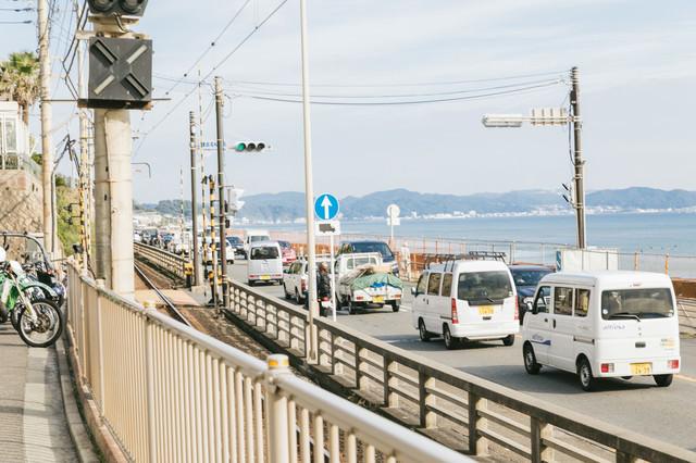 渋滞する海岸沿いの道路     の写真