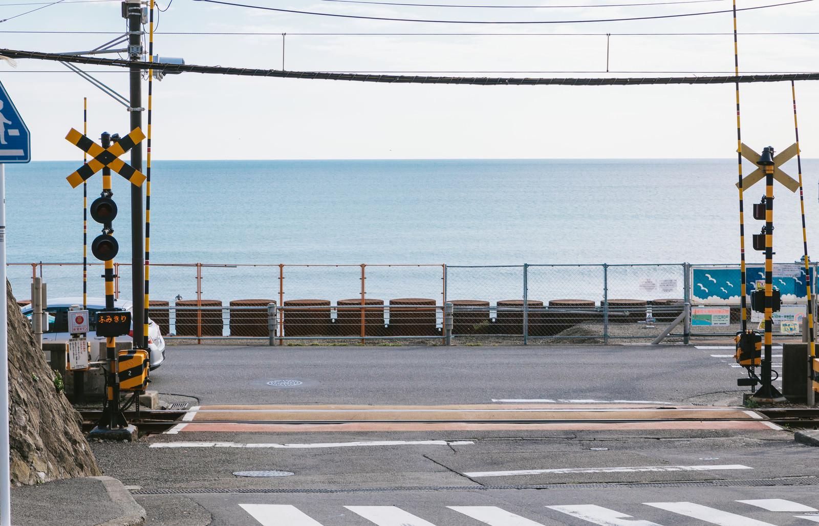 「江ノ島の海が広がる鎌倉高校前駅の踏切」の写真