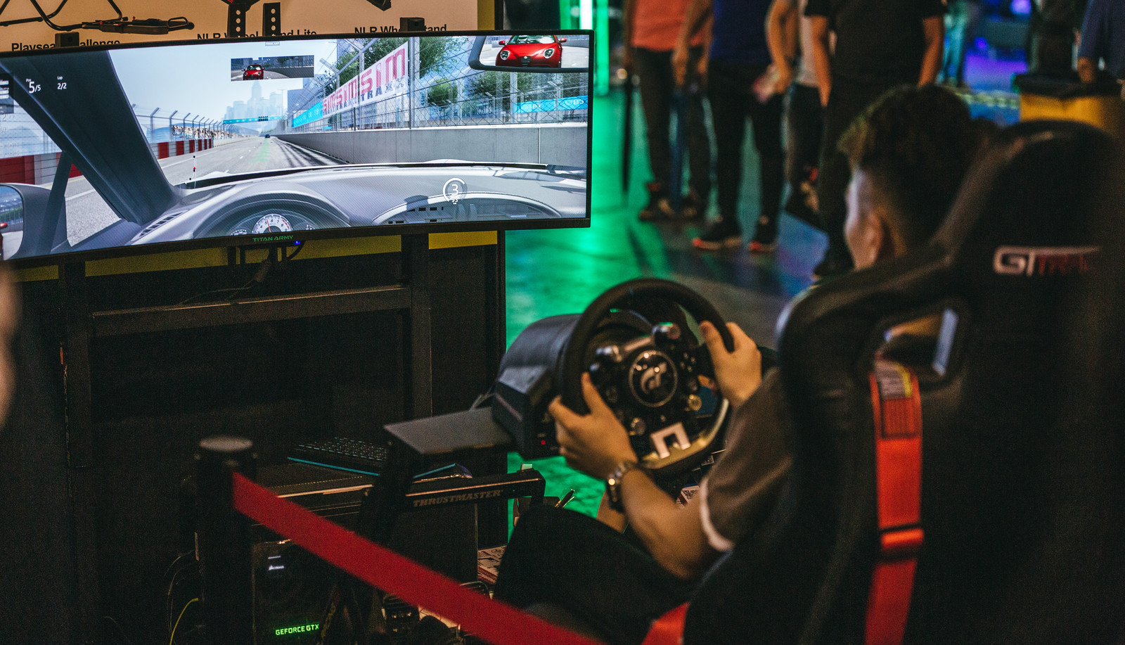 「大画面でレースゲームをプレイする」の写真