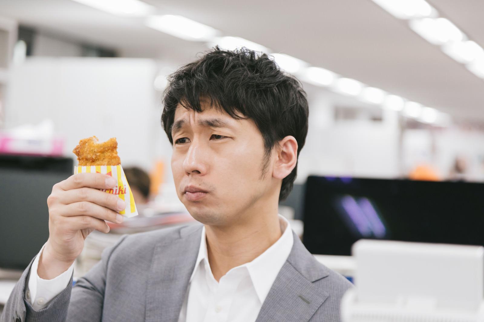 「フライドチキンの美味しさに感動する男性」の写真[モデル:大川竜弥]